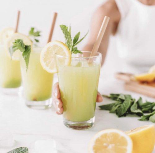 taaskasutatav bambusest joogikõrs kokteiliklaasis